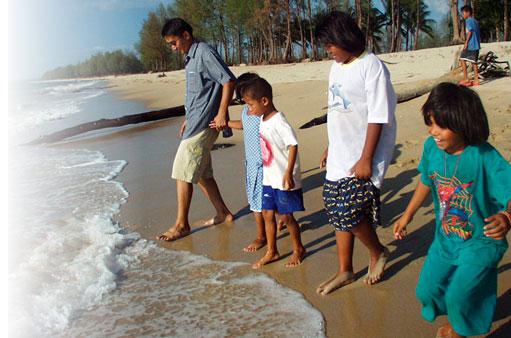 Niños acercándose al mar tras haber sido tratados con EMDR después de tsunami de Indonesia